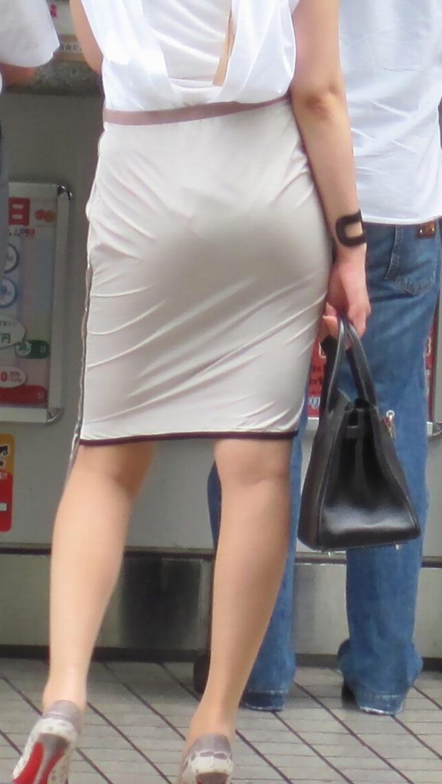 【透けパンエロ画像】街行くお姉さんの大きいお尻から透けてるパンティーがとても愛くるしいo(TヘTo)w 01