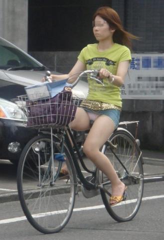 自転車乗ってる素人達のパンチラ・太もも盗撮エロ画像