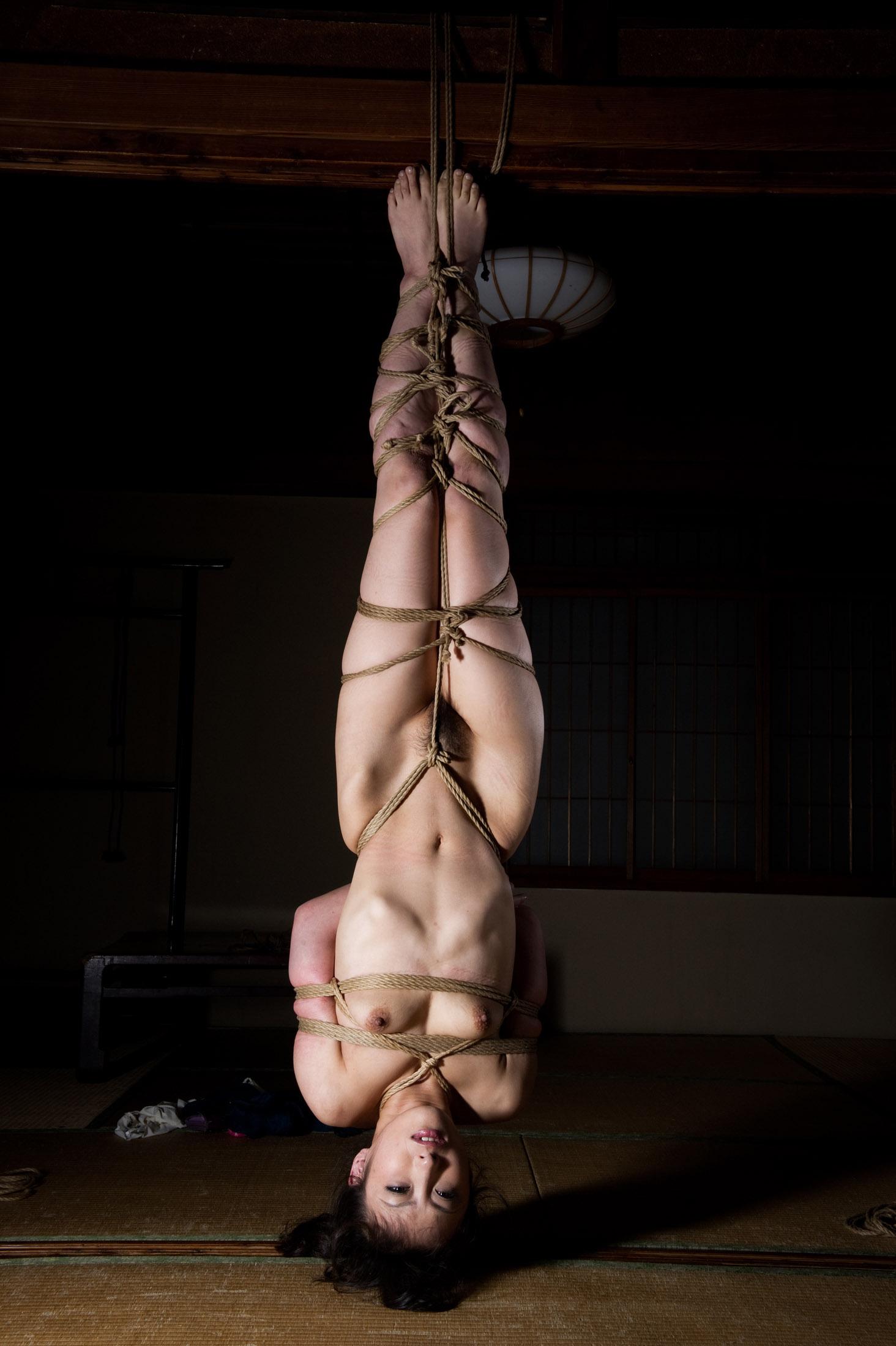 【逆さ吊りエロ画像】縄で逆さに吊られながら「あひ~ご勘弁を~」と悦びに浸ってる変態女子をご覧あれw
