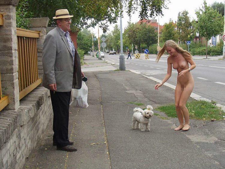 めちゃくちゃ陽気に犬の散歩してる全裸の女、発見wwwwwwwwwwww(画像あり)
