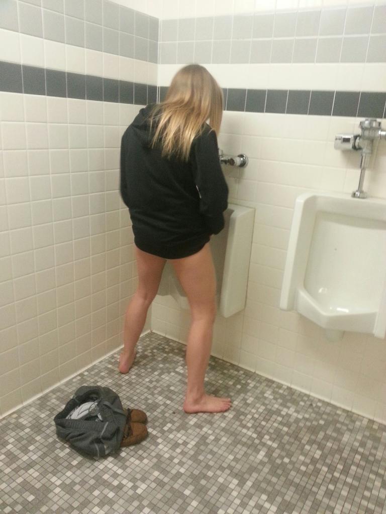 【放尿エロ画像】野外や公衆トイレで女が立ちションしてるんすけどwこいつら羞恥心潰れてるなw