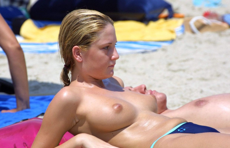 【ヌーディストエロ画像】気付いた…ヌーディストビーチにブス少ない
