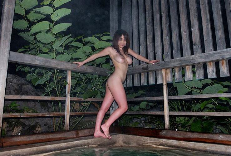 【温泉エロ画像】開放的な気分になったカップルが混浴温泉入ったら撮影する風習が存在するのかw