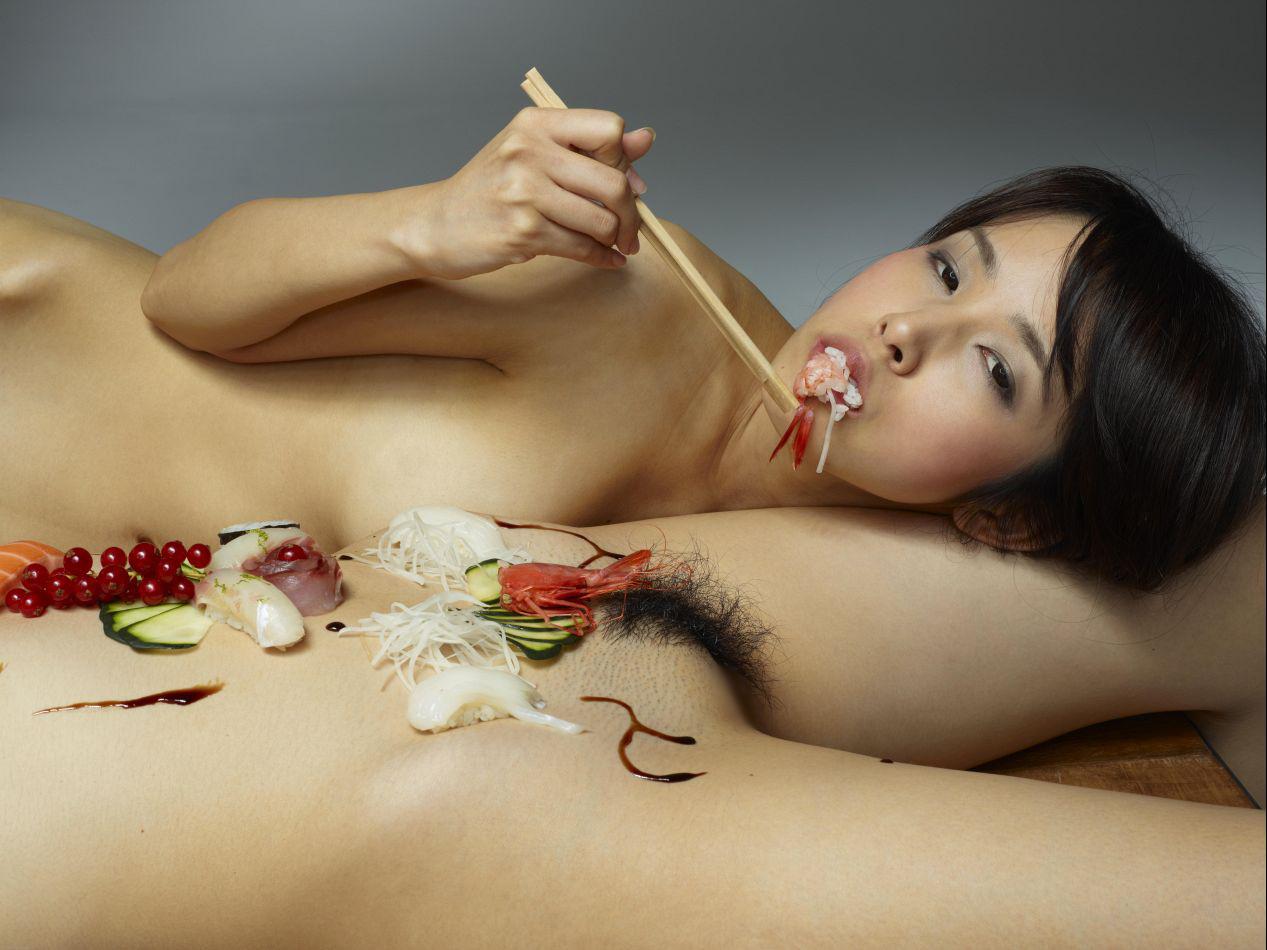 【女体盛りエロ画像】なぁ、女体盛りってどこがエロぃの?って奴ちょっと来い!!…俺も分からんのよw