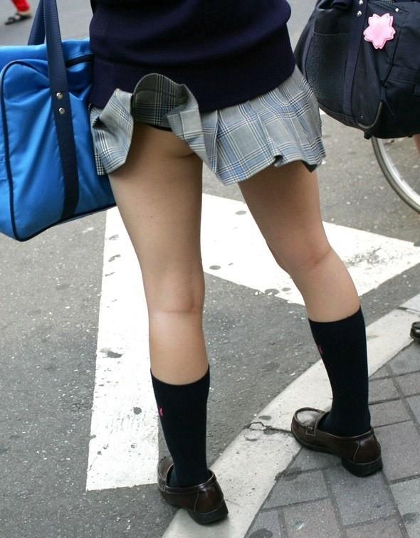 【風チラエロ画像】うしっ、散歩すっか!!ん?なんでって??風が強いからだよド━(゚Д゚)━ン!!w 02
