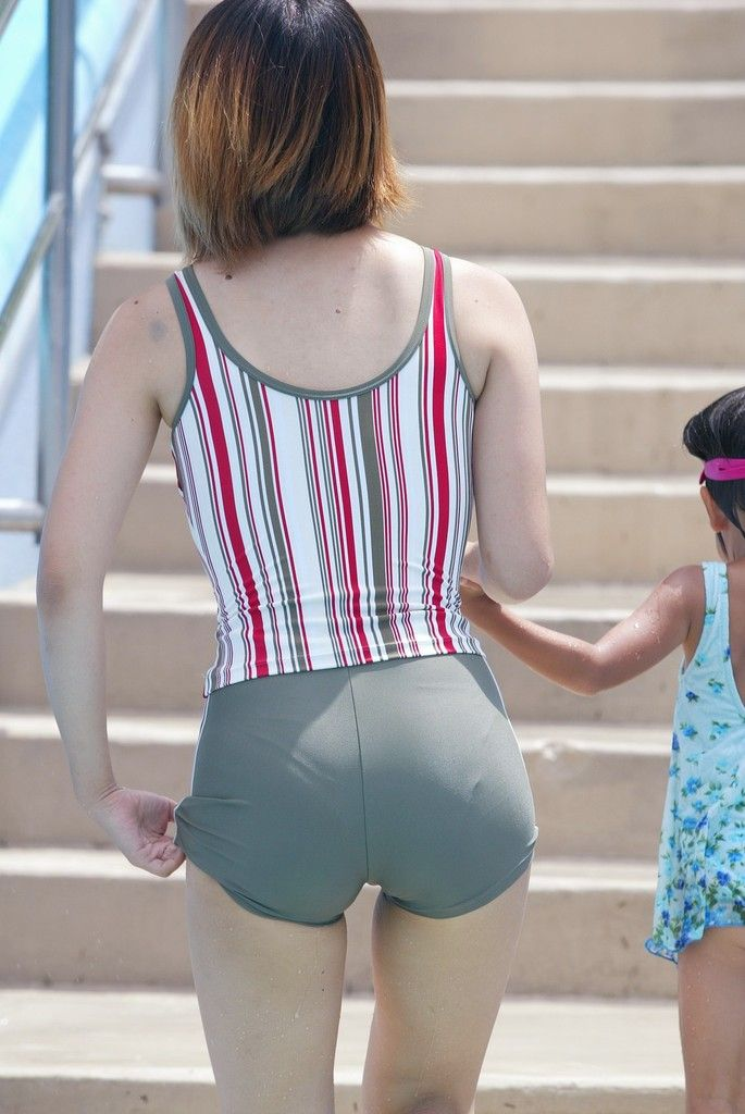 【素人ビキニエロ画像】子供の世話で隙だらけな若ママさんのビキニ姿をもう時期過ぎちゃったけど振り返ろうず♪