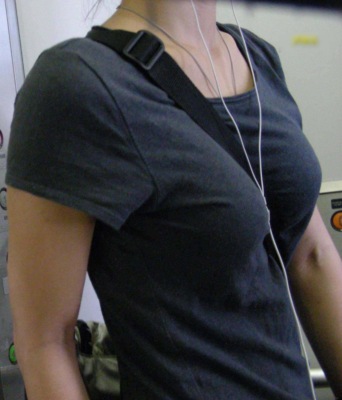 【着衣巨乳エロ画像】一糸纏っても全く消極性を伴わないデカ乳をぶら下げ颯爽と街を歩く素人女性たちw