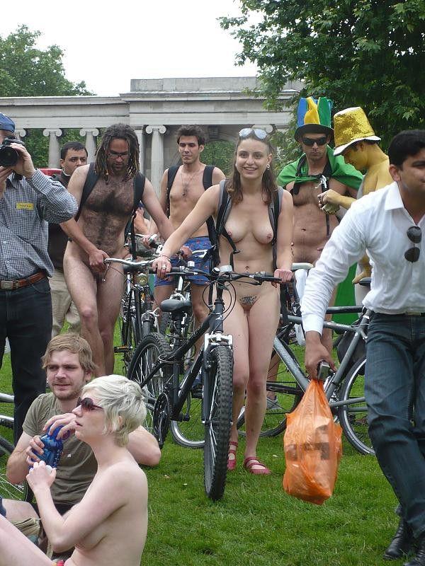 【外人エロ画像】全裸でサイクリングする海外の基地外イベント開催w色んな意味で危ないっぺよw 01