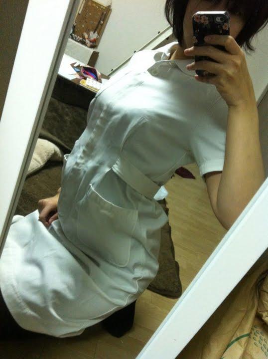 【自撮りエロ画像】素人ナースが実際の制服を着て自撮りしてアップ♪口のホクロえろすぎw