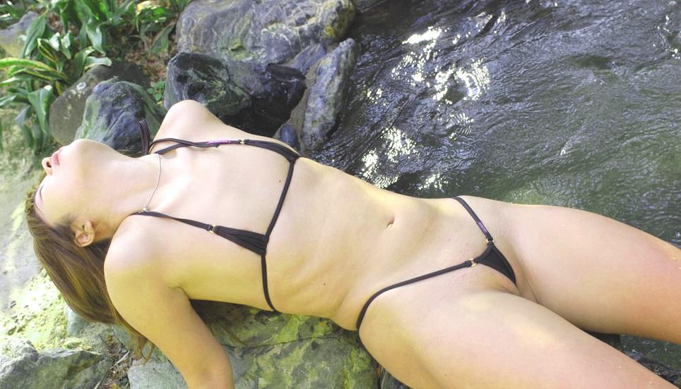 【マイクロビキニエロ画像】限りなく隠す面積を削り水着としての用途を見誤るのも仕方ない水着が卑猥この上ないw