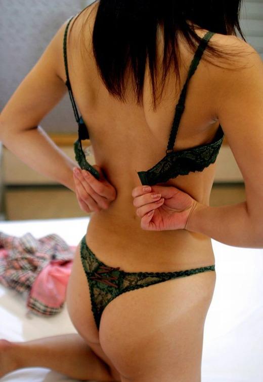 【脱着エロ画像】下着を脱いでる!着けてる!風呂orSEX前後に下着をワチャワチャしてる素人女性を観察しようず♪w
