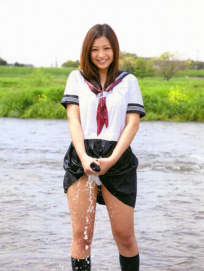 【濡れ濡れエロ画像】JK制服を着用のままズブ濡れになった水も滴るイィ女♪水が滴るように俺の種子も~…(`Д´)⊂彡☆))Д´) パーン
