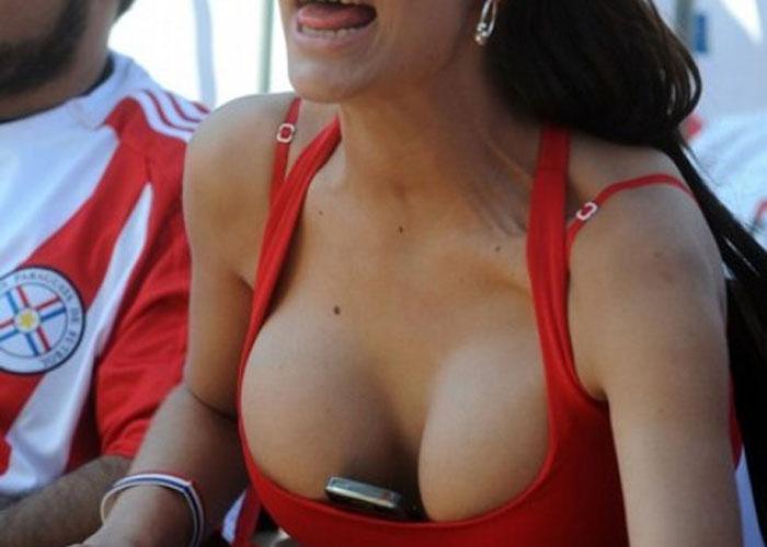 【海外エロ画像】応援中の外人女性が露出過激すぎ、スイッチ入ると爆乳丸出しΣ(´Д` )