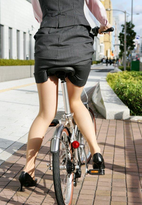 【自転車のOLエロ画像】タイトスカートでチャリ漕ぐOLさん、チラのみならずサドルにのった美巨尻も見逃せない(*´Д`*)