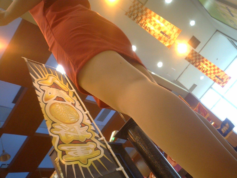 【パンチラエロ画像】パチ屋で「う~玉出ねぇ…」と愚痴るぐらいなら女子店員の下着チェックwww