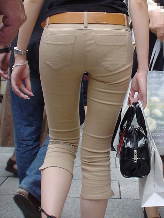 【着衣尻エロ画像】女がジーンズ履くのなら、やっぱり尻はデッカくないと!異論はないはずm9っ`・ω・´)