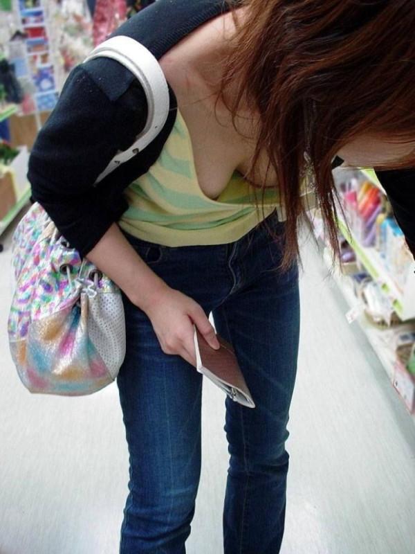 【胸チラエロ画像】店内で物色中の素人さん♪前屈みになって胸元から肌色以外のモノまで(