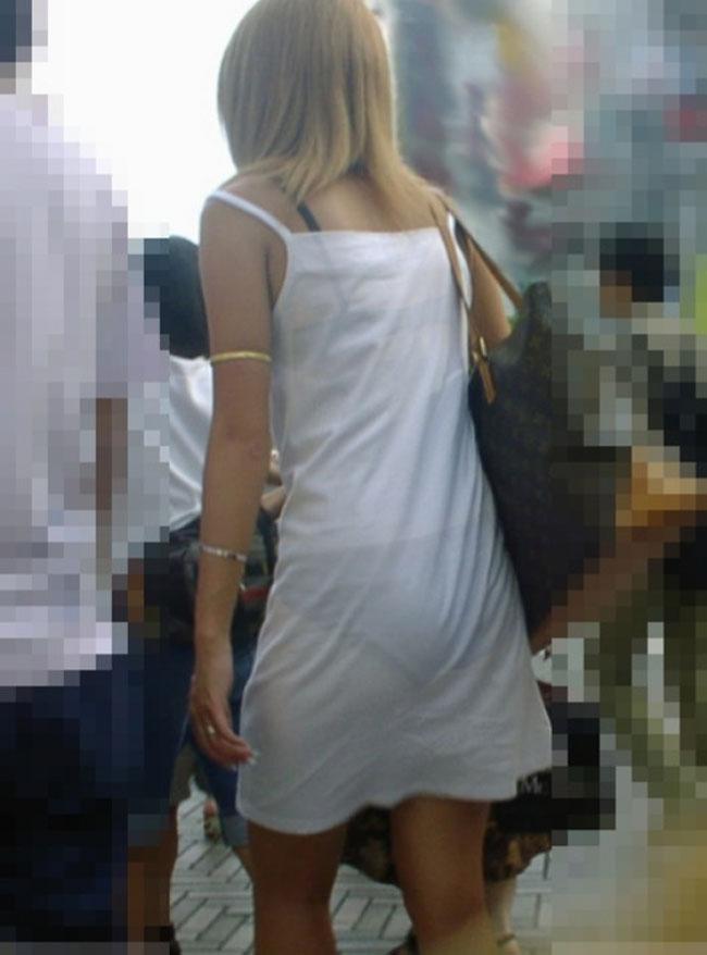 【透けパンエロ画像】スカートやズボンからクッキリ浮いて透けてる下着…大勢の目につくのに何故か対策不要( ̄□ ̄;)