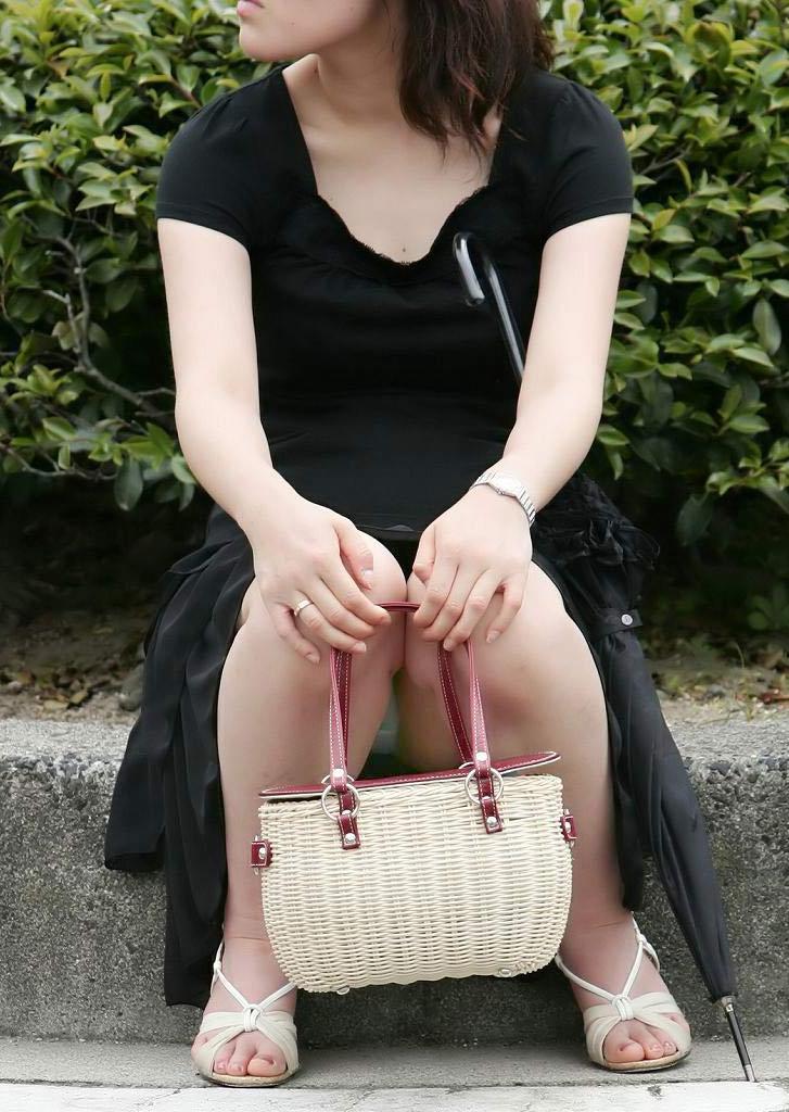 【パンチラエロ画像】ミニスカ女子が座り込んだら対面で見守りましょう、ウマすぎのパンチラを独り占め( ´∀`)