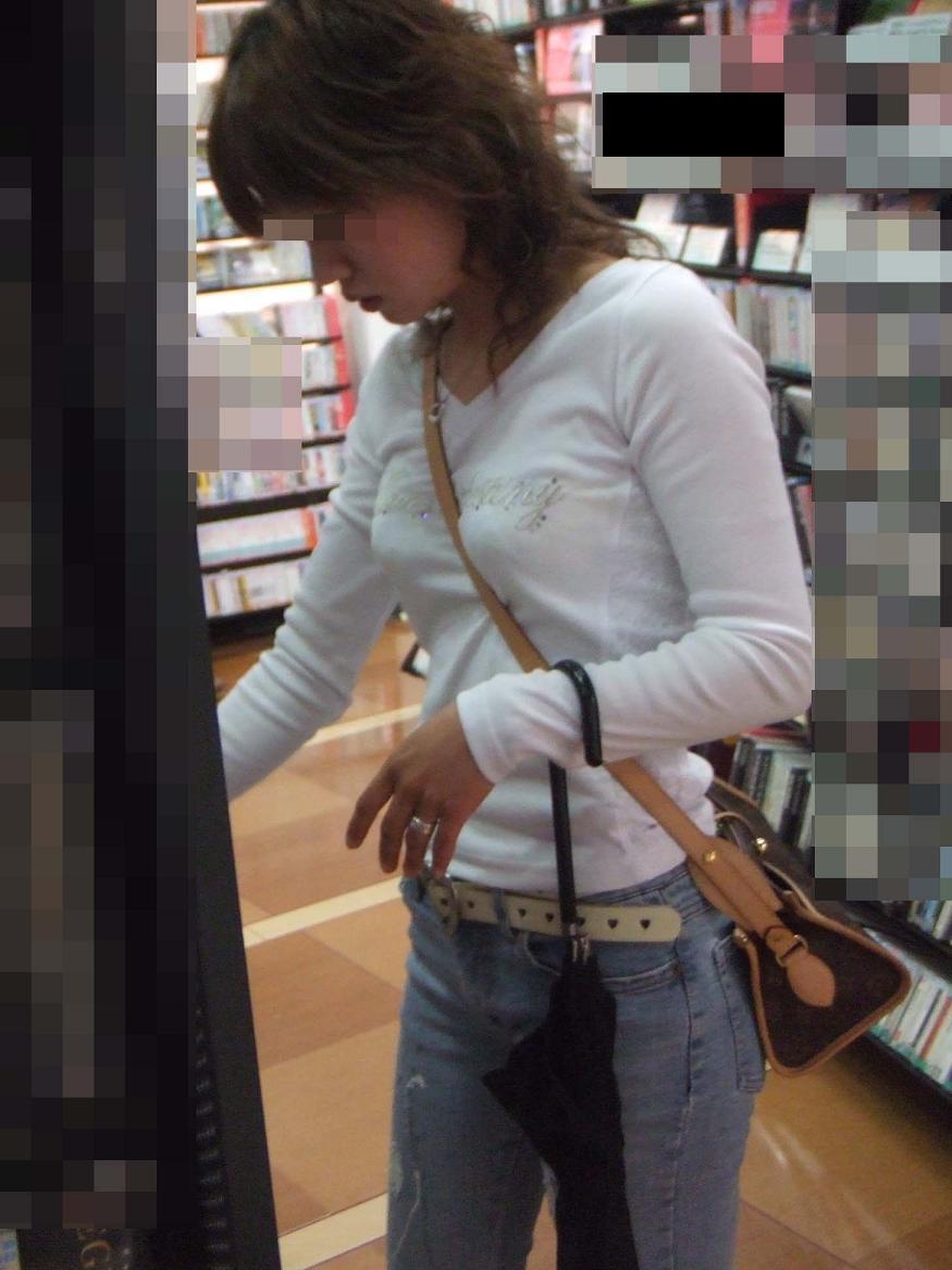 【パイスラエロ画像】ネーミング考えた奴マジ天才(σ´∀`)σ着衣乳が激しく際立つ街角パイスラ女