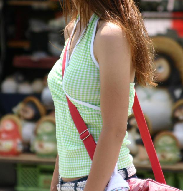 【 街撮り パイスラ画像 】天然女子のおっぱいアピールが過ぎると話題にwwww