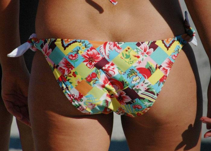 【水着エロ画像】泳ぎに行けばビキニ食い込ませたイヤらしい尻のお土産だらけで⊂(゚∀゚*)ウマー