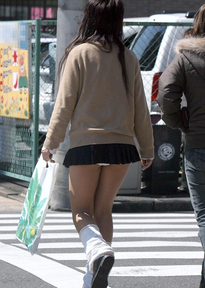 【パンチラエロ画像】実写版だとただの痴女www普通に立っててもパンツ丸見えのワカメちゃん(>ω<)