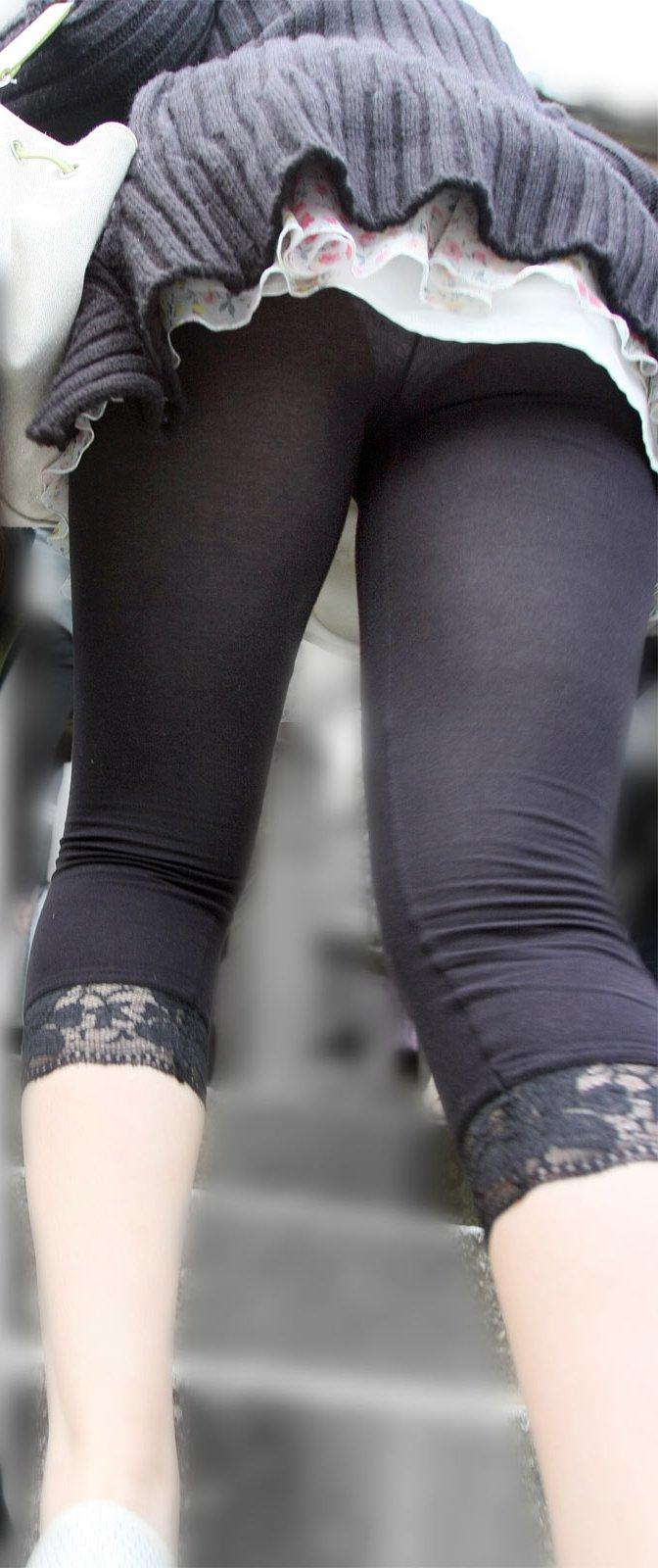【レギンスエロ画像】この時期防寒のためにレギンス履く女性が多いけど、まるでガードできていない件Σ(゚д゚)