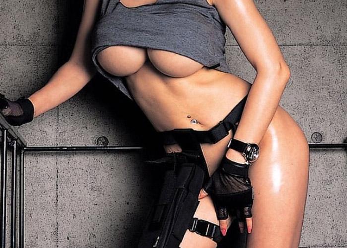 【コスプレエロ画像】戦場にいたら間違いなく捕獲するわwww必要以上にイイ体かつ過激な露出な軍人コスの美女(*゚∀゚)=3