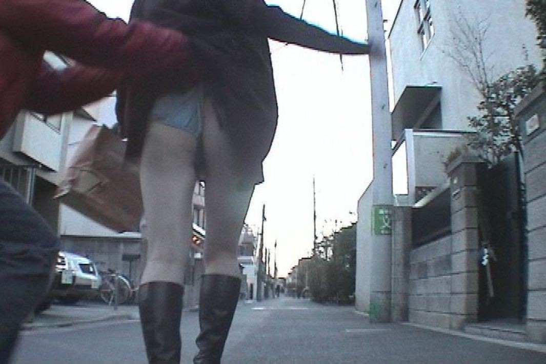 【イタズラエロ画像】これは酷いwww一般女性の背後に忍び寄りスカート捲り上げ(`・ω・´)