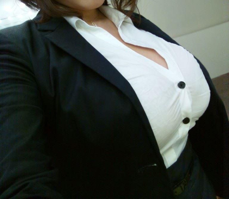 Yシャツのボタンが弾け飛びそうな巨乳のお姉さんがエロいwwwwwwww