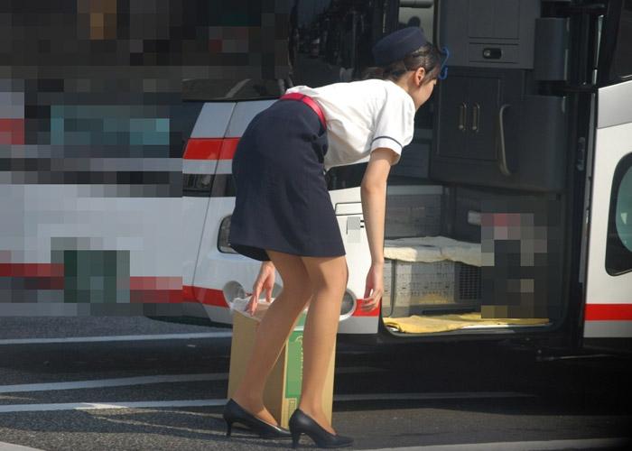 【働く女性のフェチエロ画像】タイトと屈みが必須のお仕事、バスガイドさんの着衣巨尻な日常(;´Д`)
