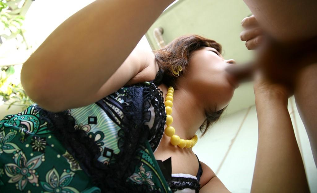 【フェラチオエロ画像】単なる舌技披露じゃ興ざめなので、おっぱいも拝める下からアングルでフェラ撮り(*´Д`)