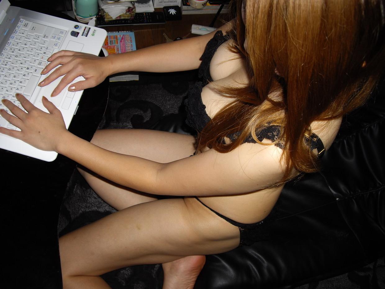 【プライベート的エロ画像】PC好きな女の子は裸でも長時間張り付いているらしいぞΣ(゚д゚lll)