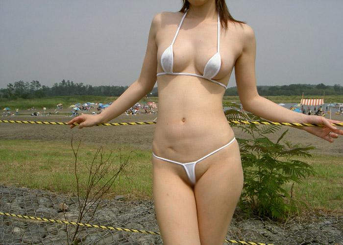【着エロ画像】こんな格好で泳いだら上も下もポロ確だろ(*゚∀゚)=3誰が作った極小ビキニ