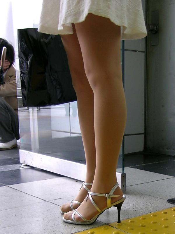 【美脚エロ画像】素でなくとも…いや素脚でないから更にエロい冬使用の美脚を街撮り(*´Д`)