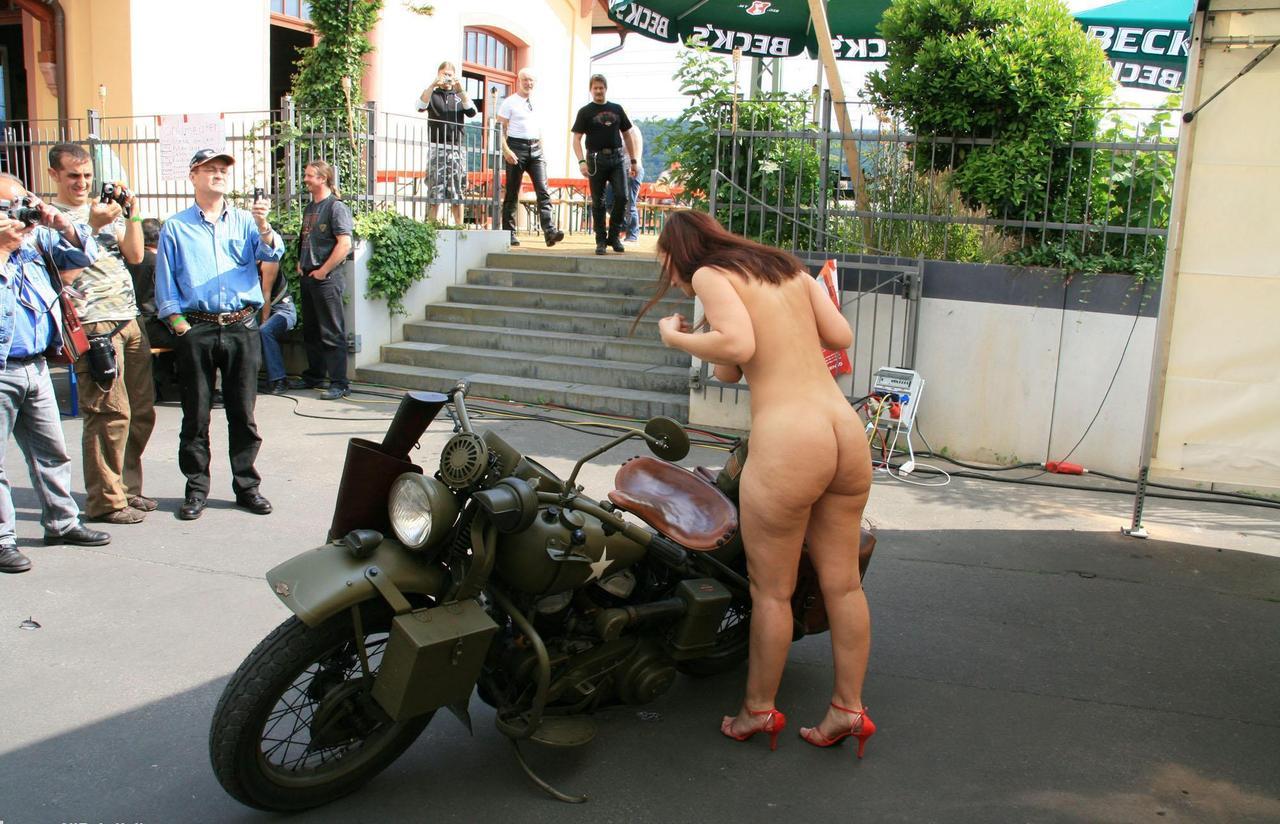 【海外露出エロ画像】俺っちのシートにも跨って欲しい(*´Д`*)裸でバイクに跨る金髪美女たち