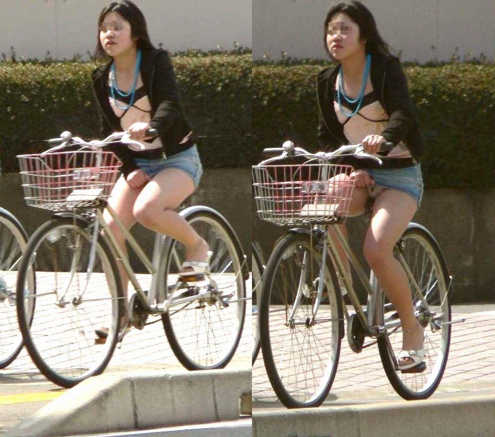 【パンチラエロ画像】ミニスカで自転車乗った女子は素敵!だって無条件でチラ見せするから(゚∀゚)