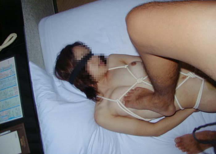 【調教エロ画像】(※閲覧注意)まさに外道ヽ(ヽ゚ロ゚)縋るM女を足蹴にして調教中なSM画像