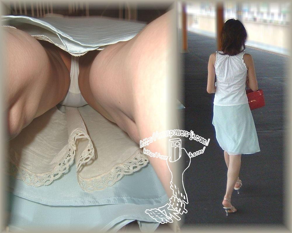 【パンチラエロ画像】限界接写の逆さ撮りパンチラ、普通そうなお姉さんがこんな大胆な下着を…Σ(゜Д゚)
