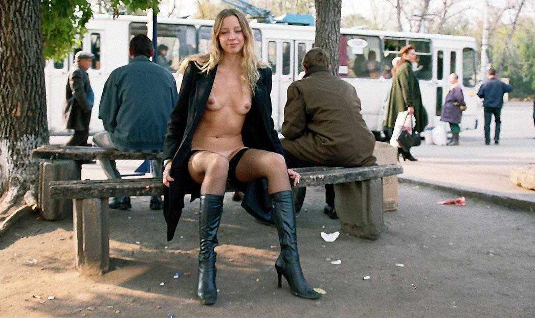 街中で野外露出するパツキンお姉さん画像
