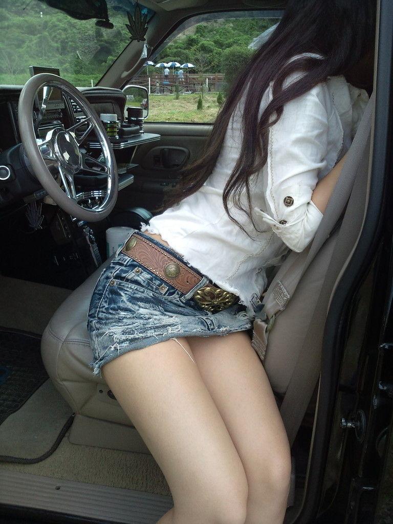 【車と女のエロ画像】車に乗ってるのがミニスカ女子ならチャンス!降り待ちしてパンチラGETだぜ(*゚∀゚)=3