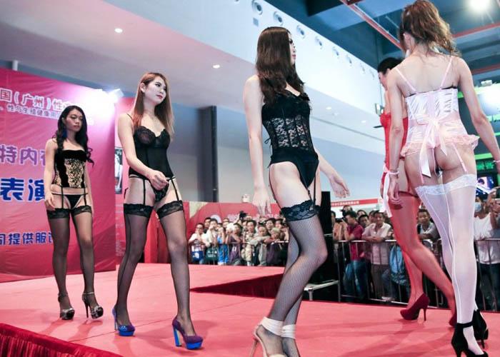 【中国エロ画像】ちょw食い込み過ぎて具が((((;゚Д゚))))アソコがヘンだよ中国の下着ファッションショー