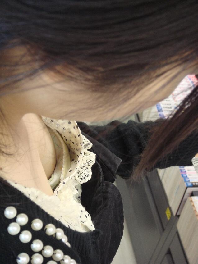 【胸チラエロ画像】ふと胸元を覗いたらたわわな膨らみが!疑惑のポッチもアリの胸チラ隠撮(σ´∀`)σ