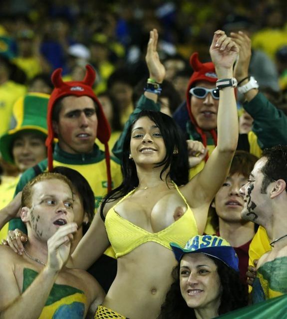 【露出狂】スポーツ観戦やライブで脱がずにいられない女の子をご覧ください(21枚)