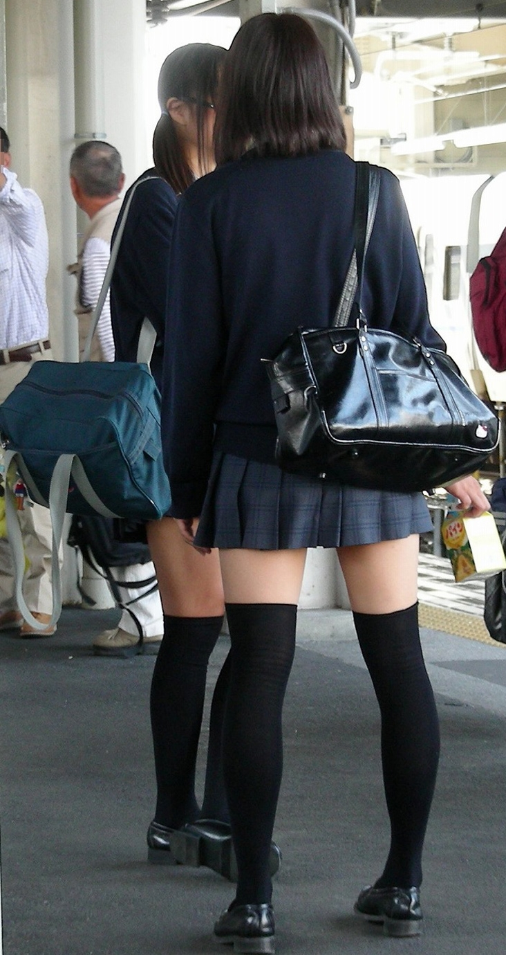 【ニーソックス画像】制服にニーソックス姿で絶対領域太ももを街撮り盗撮された女子校生エロすぎ抜いたwww