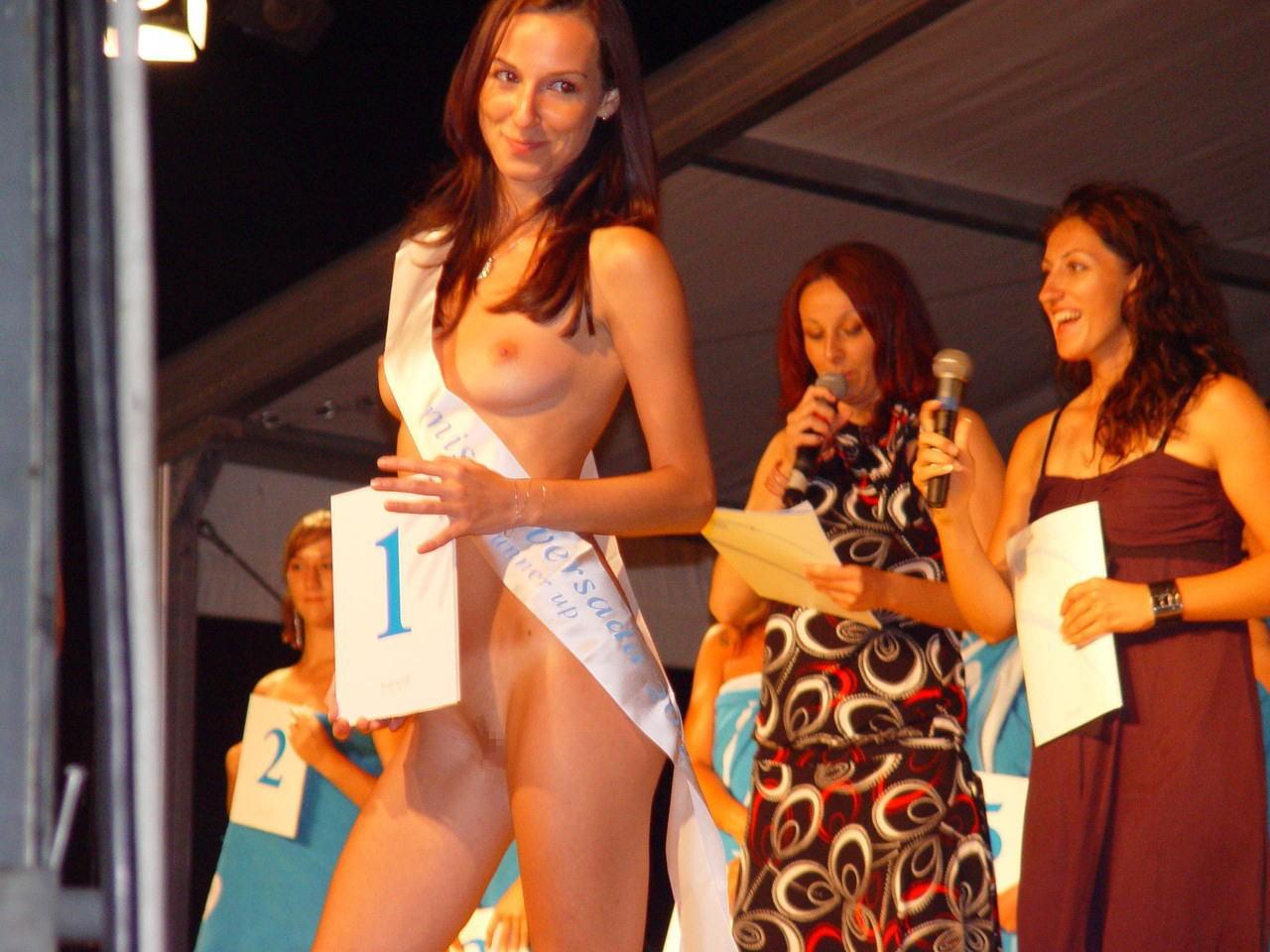 【海外エロ画像】日本では無理?いや真似してよ(*゚∀゚)=3ブロンド美女が全裸で競うヌードコンテストの実態www 03
