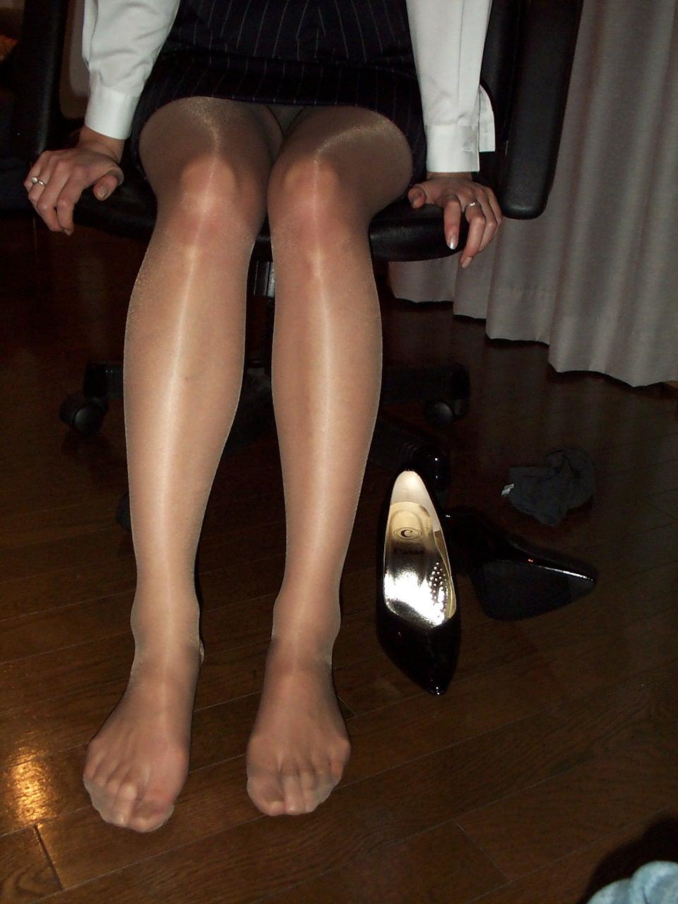 【パンスト美脚エロ画像】付け根から先まで光っているのがたまらないパンスト美脚(*゚∀゚)=3