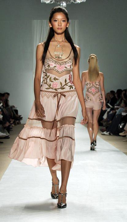 【モデルエロ画像】一流は乳首出さなきゃならんという風潮(*´д`*)ファッションモデルのおっぱい丸出しショー 01