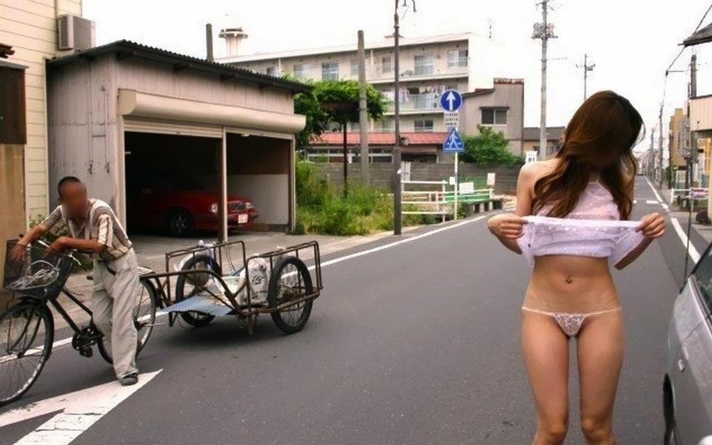 【露出エロ画像】外で恥を晒しているのになぜか楽しそうに見える野外露出マニア達(lll゚Д゚)